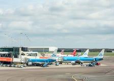 Avions à l'aéroport de Schiphol, Amsterdam Photos stock