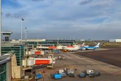 Avions à l'aéroport de Schiphol à Amsterdam, mai 2017 Photo libre de droits