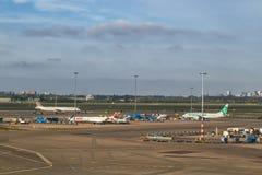 Avions à l'aéroport de Schiphol à Amsterdam, mai 2017 Image stock