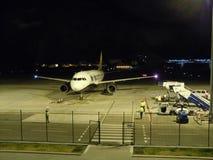 Avions à l'aéroport du Gibraltar la nuit Photos libres de droits