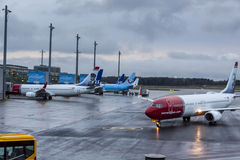 Avions à l'aéroport international d'Oslo Gardermoen Image libre de droits