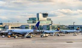 Avions à l'aéroport international de Francfort Photos stock
