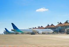 Avions à l'aéroport principal de Bali Images stock