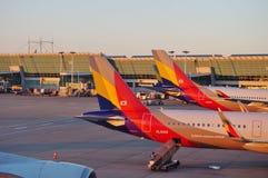 Avions à la CIN d'aéroport international d'Incheon à Séoul, Corée du Sud Image stock