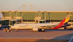 Avions à la CIN d'aéroport international d'Incheon à Séoul, Corée du Sud Photos stock