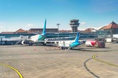Avions à la piste, aéroport de Denpasar, Bali Photo libre de droits