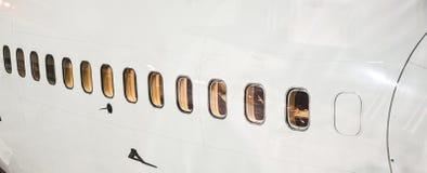 Avions à la porte par nuit Images libres de droits