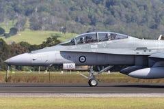 Avions à réaction de frelon de l'Armée de l'Air d'Australien royal RAAF McDonnell Douglas F/A-18B A21-110 à l'aéroport régional d Photos stock
