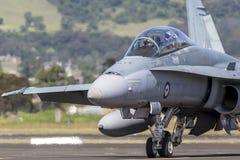 Avions à réaction de frelon de l'Armée de l'Air d'Australien royal RAAF McDonnell Douglas F/A-18B A21-110 à l'aéroport régional d Images stock