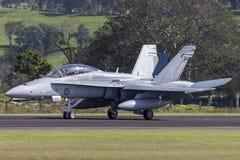 Avions à réaction de frelon de l'Armée de l'Air d'Australien royal RAAF McDonnell Douglas F/A-18B A21-112 à l'aéroport régional d Photo libre de droits
