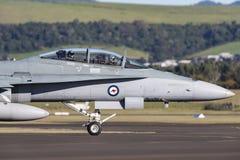 Avions à réaction de frelon de l'Armée de l'Air d'Australien royal RAAF McDonnell Douglas F/A-18B A21-110 à l'aéroport régional d Image stock