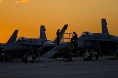Avions à réaction militaires au coucher du soleil Images stock