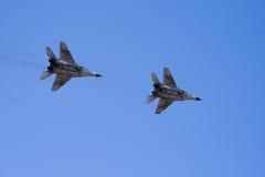 Avions à réaction militaires volant par le ciel Photographie stock libre de droits
