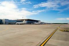 Avions à réaction modernes dans l'aéroport de Pulkovo Images libres de droits