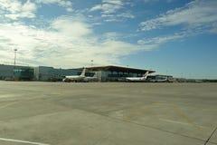 Avions à réaction modernes dans l'aéroport de Pulkovo Images stock
