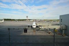 Avions à réaction modernes dans l'aéroport de Pulkovo Photographie stock libre de droits