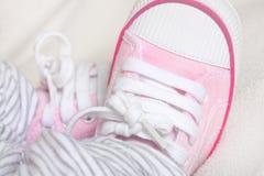 Avions-écoles ou espadrilles nouveau-nés de chéris Images libres de droits