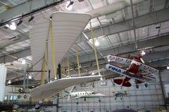 Avions accrochants dans les frontières du musée de vol Image libre de droits