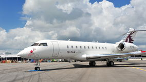 Avions affrétés globaux de bombardier exécutif du Qatar 5000 sur l'affichage à Singapour Airshow 2012 Image stock