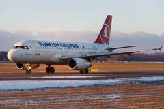 Avions Airbus A320 fonctionnant sur la piste de roulement Photos libres de droits