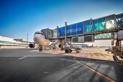 Avions Airbus A330 sur le support de stationnement dans l'aéroport de Prague Photos libres de droits