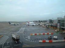 Avions alignés aux ponts en air Photos stock