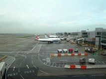 Avions alignés aux ponts en air Image libre de droits