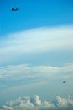 Avions au-dessus du nuage Images stock