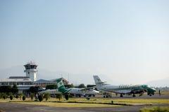 Avions au petit aéroport régional en Asie Images stock