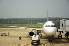 Avions au service au sol de porte Photographie stock libre de droits