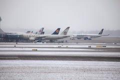 Avions aux portes terminales dans l'aéroport de Munich, horaire d'hiver avec la neige Photo stock