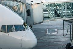 Avions avec le couloir/tunnel de passage étant préparés Photo stock