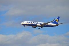 Avions avec le train d'atterrissage vers le bas Photographie stock libre de droits