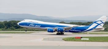 Avions Boeing 747-BF de cargaison de société de lignes aériennes d'AirBridgeCargo sur une piste Aviation et transport photographie stock
