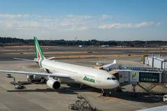 Avions Boeing 777 d'Alitalia remorqué à l'aéroport international de Narita, Japon Images libres de droits