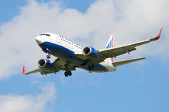 Avions Boeing 767 (EI-UNG) de la société Transaero avant le débarquement dans l'aéroport de Pulkovo Image stock