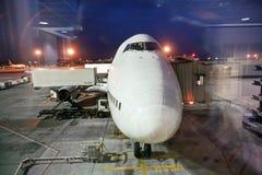 Avions chargés à la porte par Photographie stock