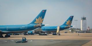 Avions civils s'accouplant à l'aéroport de Tan Son Nhat dans Saigon, Vietnam Photo stock