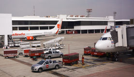 Avions civils se garant à l'aéroport de Don Muang International Image libre de droits