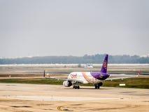 Avions commerciaux à l'aéroport à Bangkok, Thaïlande Photos stock