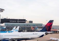 avions commerciaux à l'aéroport de Schiphol, Amsterdam, Pays-Bas Photographie stock libre de droits