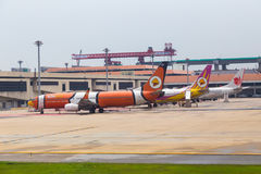 Avions commerciaux chez Don Muang International Airport, Thailan Image stock