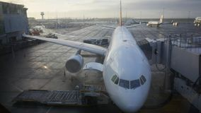 Avions commerciaux dans l'aéroport occupé Photo stock