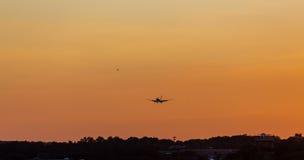Avions débarquant au crépuscule Image libre de droits