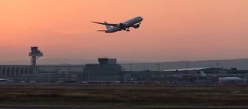 Avions démarrant le soir d'un aéroport Photo libre de droits