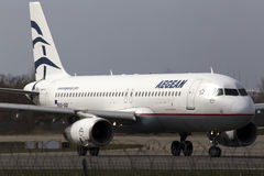 Avions d'Aegean Airlines Airbus A320-200 fonctionnant sur la piste Photo libre de droits