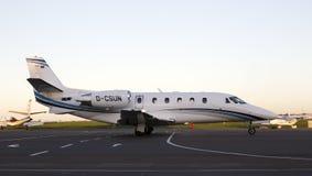 Avions d'affaires d'Excel de citation de Cessna 560XLS fonctionnant sur la piste Image stock