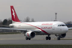 Avions d'Air Arabia Airbus A320-200 fonctionnant sur la piste Images stock