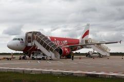 Avions d'Air Asia après le débarquement à l'aéroport de Siem Reap Photos stock