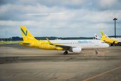 Avions d'air de vanille remorqués à l'aéroport international de Narita, Japon Images libres de droits